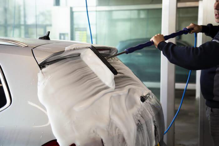 Tvätta bil med skum Bilschampo